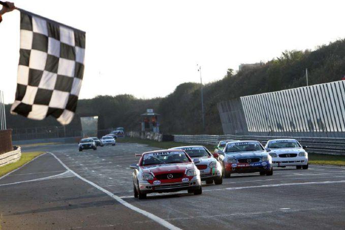 mercedes-benz-slk-cup-close-finish-tijdens-de-laatste-race-van-het-seizoen-in-de-mercedes-benz-slk-cup-161016
