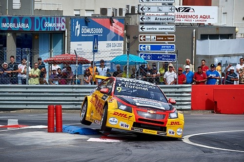 (VIDEO) Tom Coronel met schrik vrij na zware crash tijdens FIA WTCC races in Vila Real Portugal