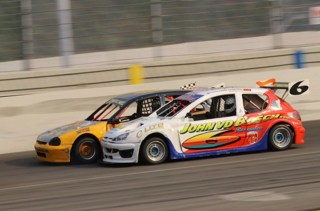 Bumper-aan-bumper races op een zonnig Raceway Venray