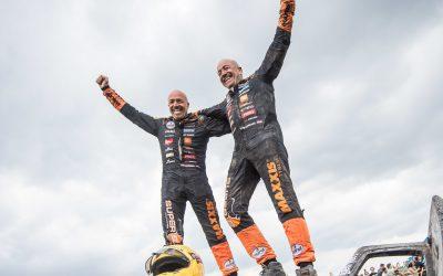 Tim en Tom Coronel met nat pak aan de finish van de Dakar Rally 2018 (video)