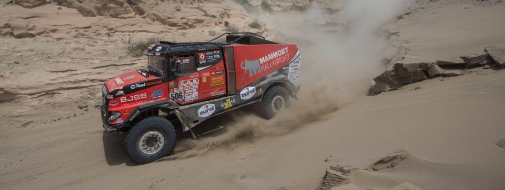 Martin van den Brink strandt in duinen van Peru