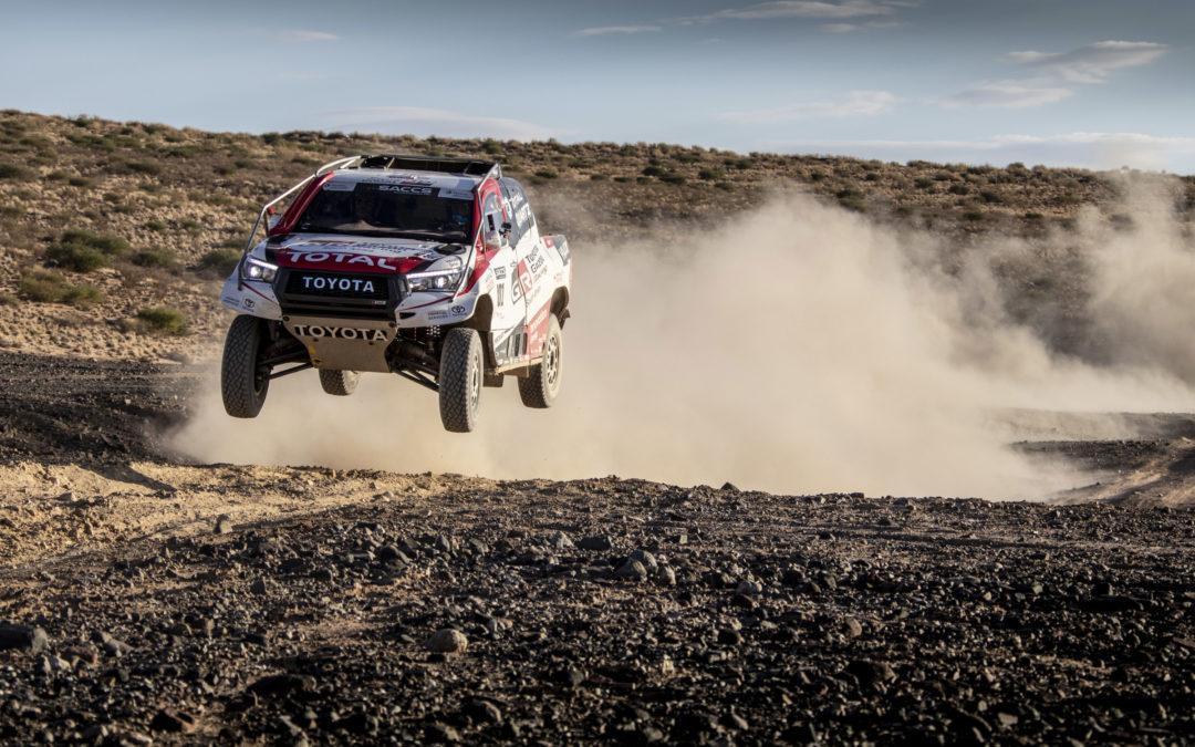 Fernando Alonso test rally-skills in winnende Toyota Hilux van Dakar 2019