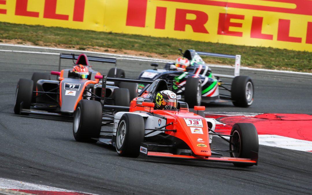 Podium voor Glenn van Berlo en Tijmen van der Helm bij Spaans Formule 4-debuut