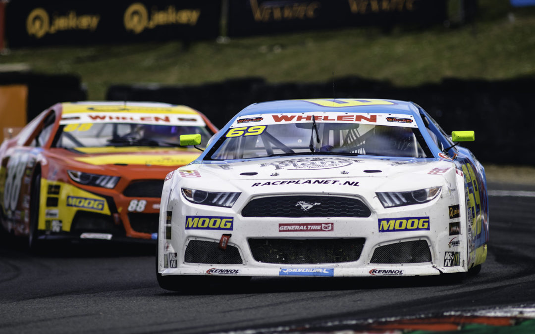 Michael Bleekemolen pakt Legends-winst op Brands Hatch