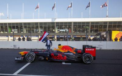 Max Verstappen opent met Red Bull F1 auto vernieuwde Circuit Zandvoort