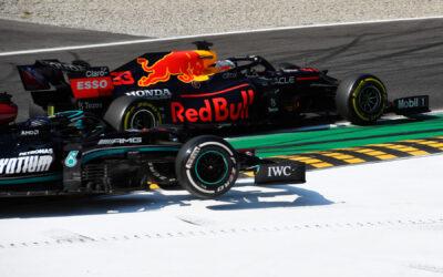 """Max en Hamilton crashen op Monza: """"Twee man nodig om samen de bocht door te komen"""""""